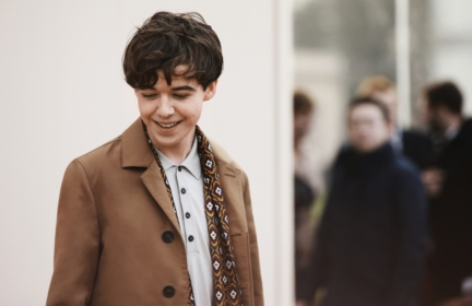 alex-lawther-wearing-burberry-at-the-burberry-menswear-january-2016-show-2