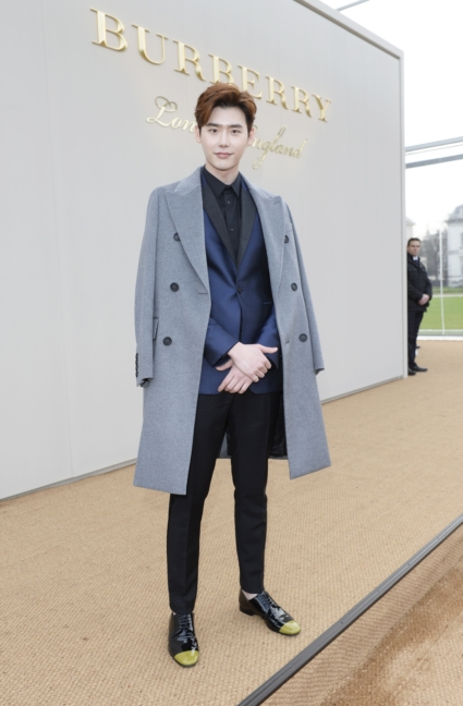 lee-jong-suk-wearing-burberry-at-the-burberry-menswear-january-2016-show
