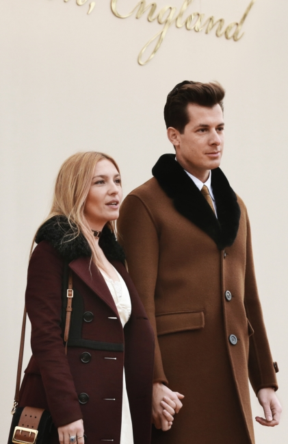 mark-ronson-and-josephine-de-la-baume-wearing-burberry-at-the-burberry-menswear-january-2016-show-2