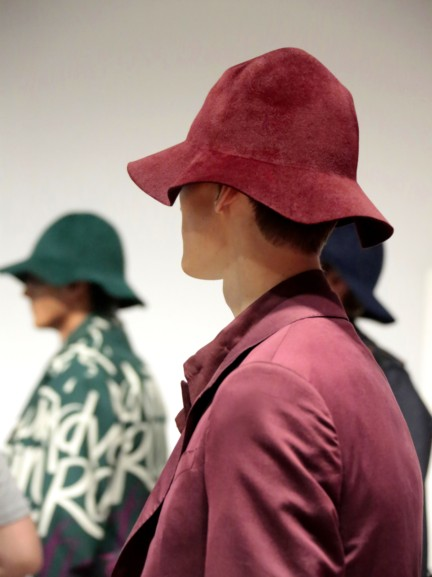 backstage-at-the-burberry-prorsum-menswear-spring-summer-2015-sho_018
