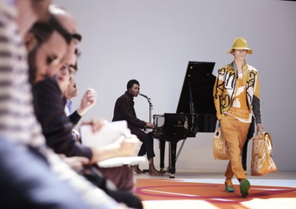 benjamin-clementine-performing-live-at-the-burberry-prorsum-menswear-spring-summer-2015-sho_004