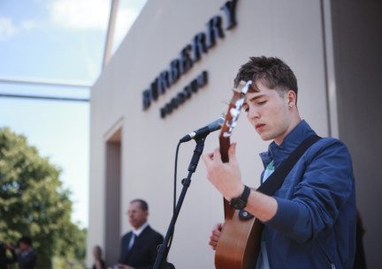 will-joseph-cook-performing-before-the-burberry-prorsum-menswear-spring-summer-2015-show