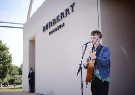 will-joseph-cook-performing-live-at-the-burberry-prorsum-menswear-spring-summer-2015-show