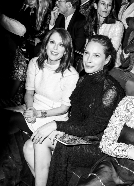32_julianne_moore_with_christy_turlington_at_the_paris_new_york_metiers_dart_show