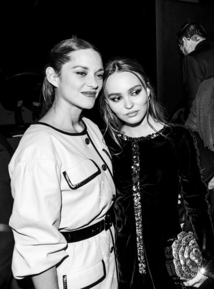 43_marion_cotillard_with_lily_rose_depp_at_the_paris_new_york_metiers_dart_show