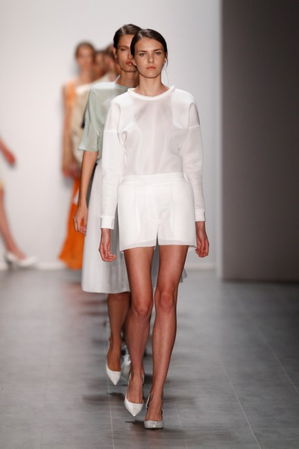 hien-le-mercedes-benz-fashion-week-berlin-spring-summer-2015-2