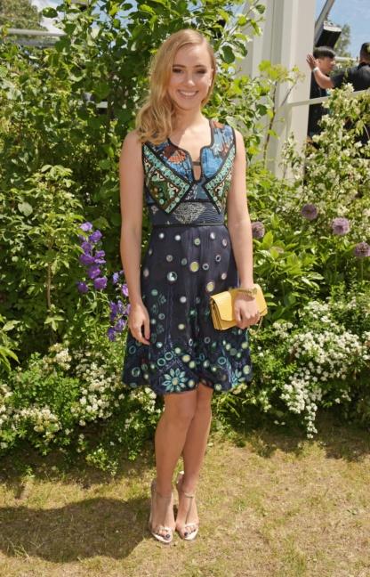 suki-waterhouse-wearing-burberry-at-the-burberry-menswear-spring-summer-2016-show
