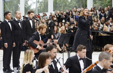 alison-moyet-performing-live-at-the-burberry-womenswear-s_s16-sho_002