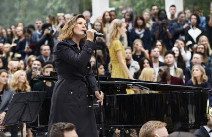 alison-moyet-performing-live-at-the-burberry-womenswear-s_s16-sho_003