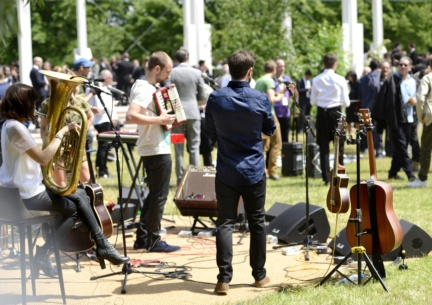 keston-cobblers-club-performing-live-at-the-burberry-menswear-spring-summer-2016-sho_001