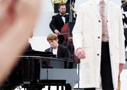 rhodes-performing-live-at-the-burberry-menswear-spring-summer-2016-sho_001