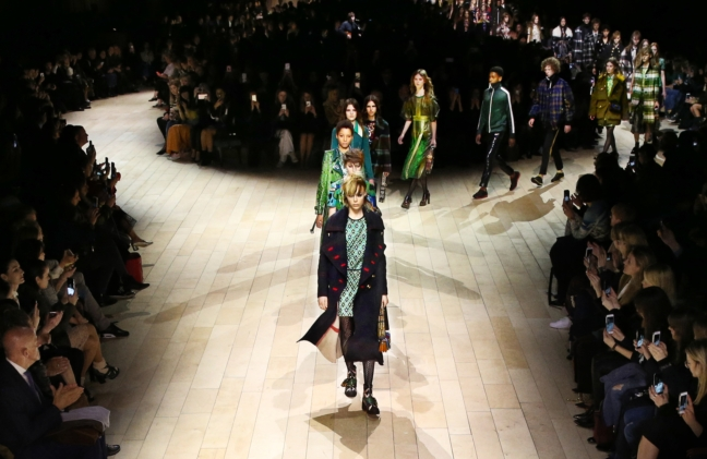 burberry-womenswear-february-2016-show-finale_002
