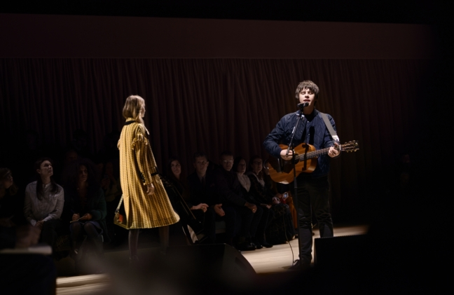 jake-bugg-performing-live-at-the-burberry-womenswear-february-2016-show_002