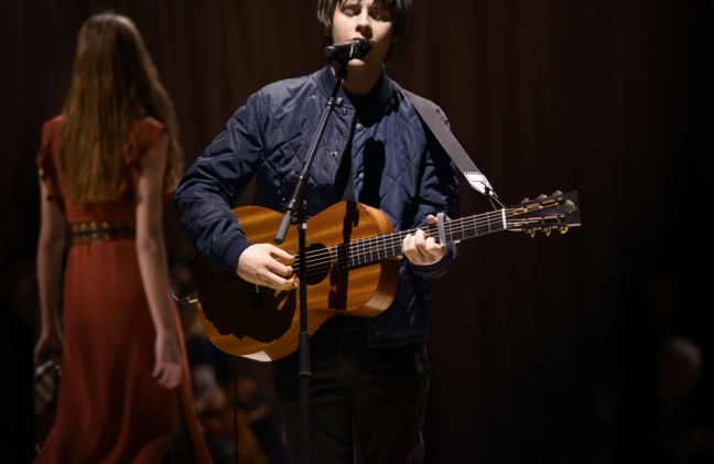jake-bugg-performing-live-at-the-burberry-womenswear-february-2016-show_003