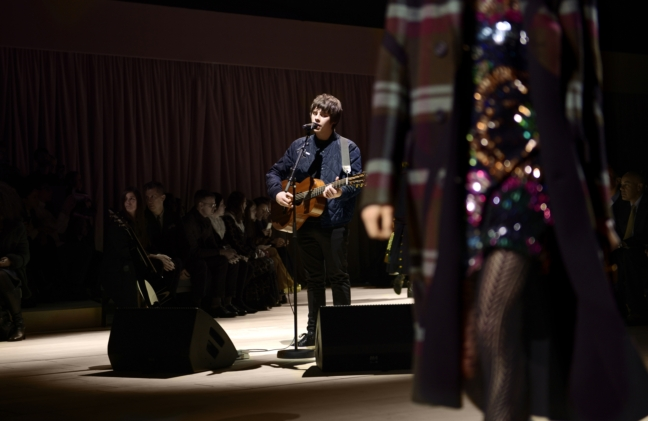 jake-bugg-performing-live-at-the-burberry-womenswear-february-2016-show_004