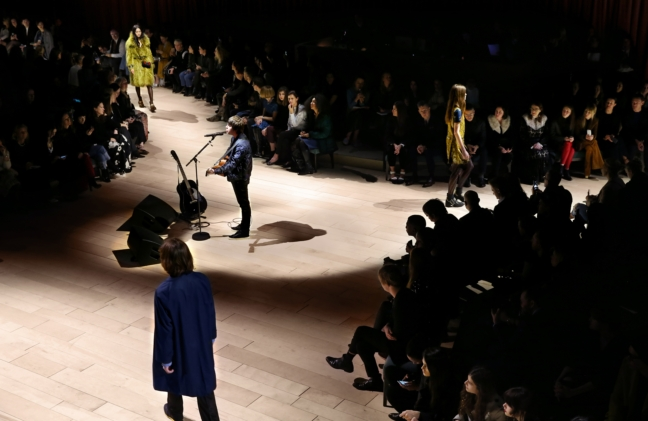 jake-bugg-performing-live-at-the-burberry-womenswear-february-2016-show_005