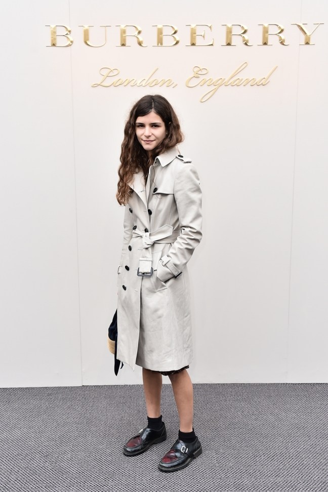 bella-yentob-wearing-burberry-at-the-burberry-womenswear-february-2016-show_001