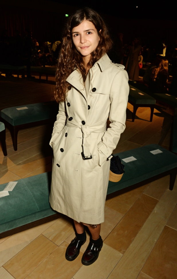 bella-yentob-wearing-burberry-at-the-burberry-womenswear-february-2016-show_002
