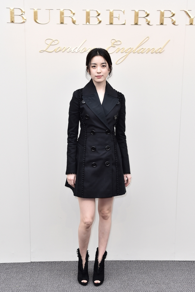 han-hyo-joo-wearing-burberry-at-the-burberry-womenswear-february-2016-show