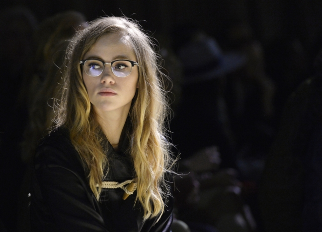 suki-waterhouse-wearing-burberry-on-the-front-row-at-the-burberry-womenswear-february-2016-show