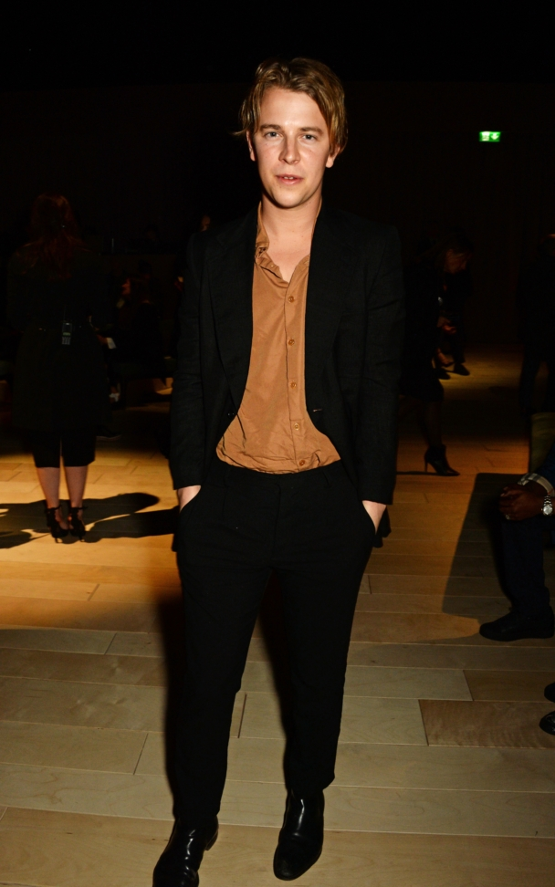 tom-odell-wearing-burberry-at-the-burberry-womenswear-february-2016-show_002