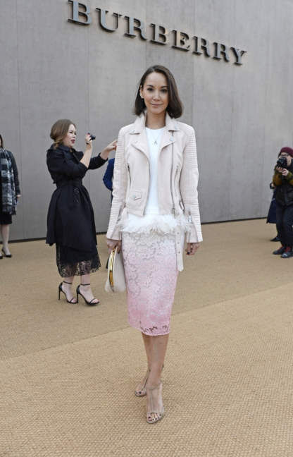 amanda-strang-wearing-burberry-at-the-burberry-womenswear-autumn_winter-2015-sho_002
