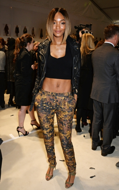 jourdan-dunn-backstage-at-the-burberry-womenswear-autumn_winter-2015-show
