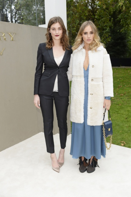amber-anderson-and-suki-waterhouse-wearing-burberry-to-the-burberry-womenswear-s_s16-show