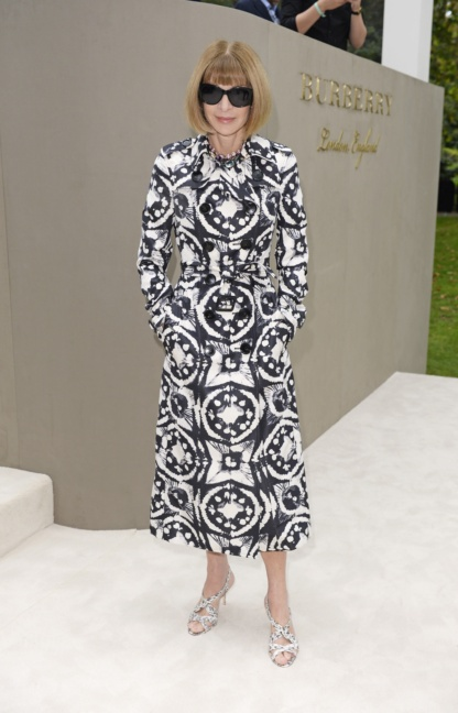 anna-wintour-wearing-burberry-to-the-burberry-womenswear-s_s16-show