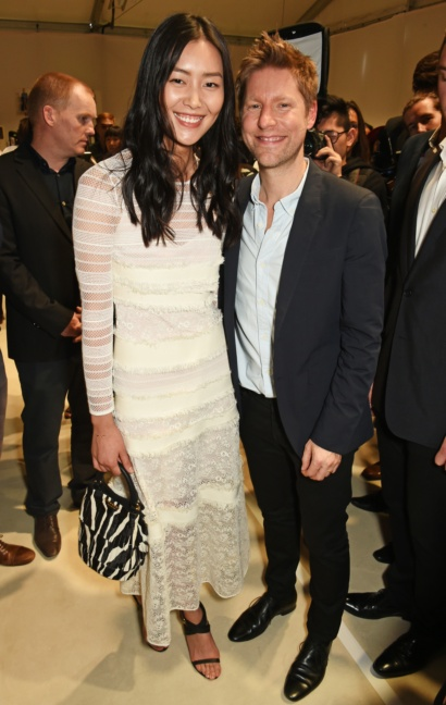 christopher-bailey-and-liu-wen-at-the-burberry-womenswear-s_s16-show