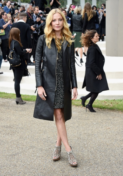 clara-paget-wearing-burberry-at-the-burberry-womenswear-s_s16-show