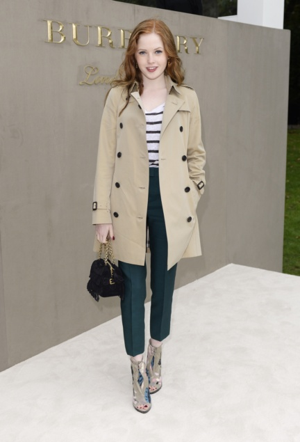 ellie-bamber-wearing-burberry-to-the-burberry-womenswear-s_s16-show