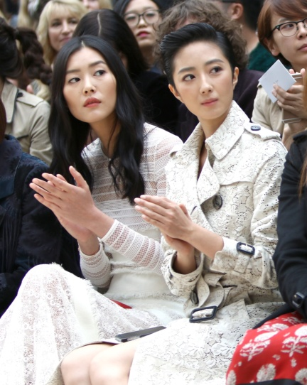 liu-wen-and-guey-lun-mei-on-the-front-row-at-the-burberry-womenswear-s_s16-sho_003