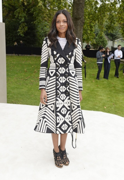 naomie-harris-wearing-burberry-to-the-burberry-womenswear-s_s16-show