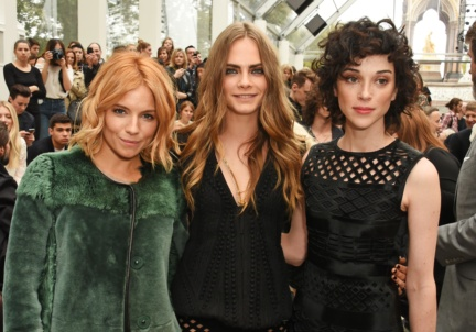 sienna-miller-cara-delevingne-and-annie-clark-at-the-burberry-womenswear-s_s16-show