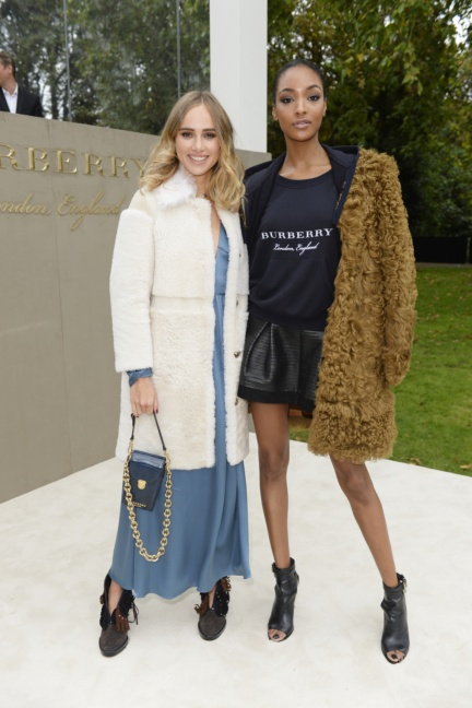 suki-waterhouse-and-jourdan-dunn-wearing-burberry-to-the-burberry-womenswear-s_s16-show