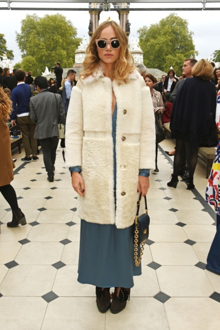suki-waterhouse-wearing-burberry-at-the-burberry-womenswear-s_s16-sho_001
