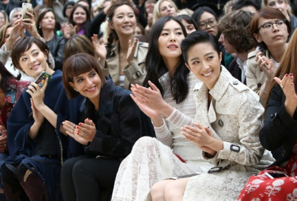 sun-li-liu-wen-and-guey-lun-mei-on-the-front-row-at-the-burberry-womenswear-s_s16-sho_001