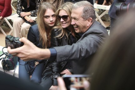 cara-delevingne-kate-moss-and-mario-testino-on-the-front-row-of-the-burberry-prorsum-spring_summer-2015-sho_001