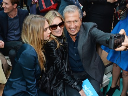 cara-delevingne-kate-moss-and-mario-testino-on-the-front-row-of-the-burberry-prorsum-spring_summer-2015-sho_004