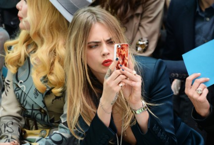 cara-delevingne-wearing-burberry-aw14-teal-blue-nail-varnish-on-the-front-row-of-the-burberry-prorsum-spring_summer-2015-show