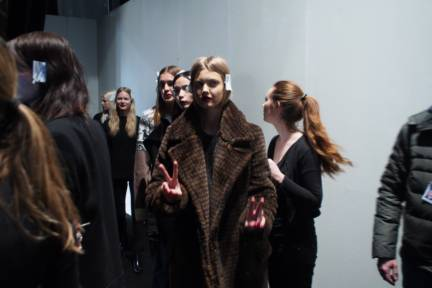 backstage-maxmara-milan-fashion-week-autumn-winter-2014-00212