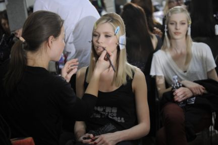 versace-backstage-milan-fashion-week-autumn-winter-2014-00011