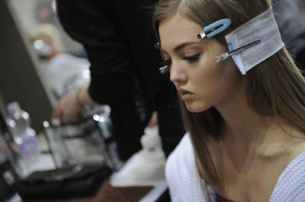 versace-backstage-milan-fashion-week-autumn-winter-2014-00020