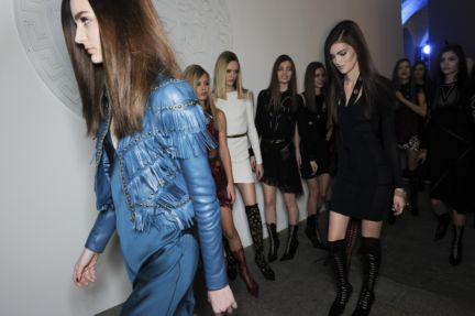 versace-backstage-milan-fashion-week-autumn-winter-2014-00120