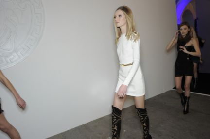versace-backstage-milan-fashion-week-autumn-winter-2014-00172