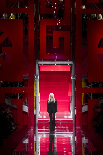 versace-milan-fashion-week-autumn-winter-2015-donatella-versace-2