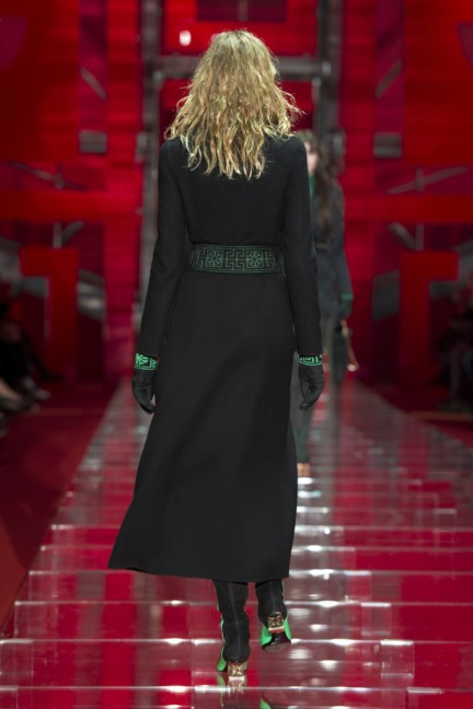 versace-milan-fashion-week-autumn-winter-2015-runway-back-2