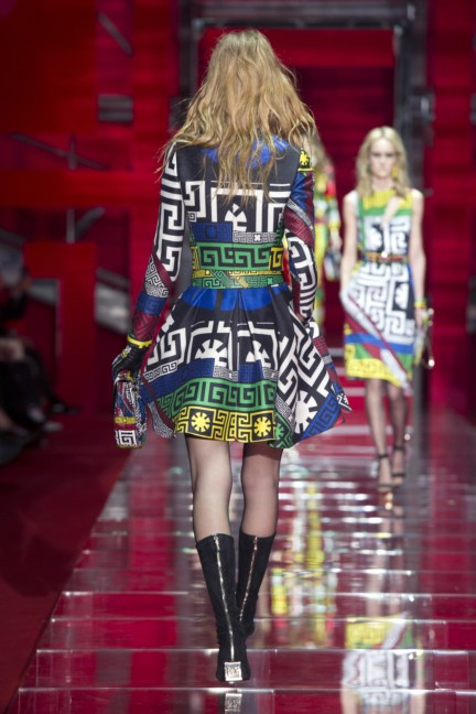 versace-milan-fashion-week-autumn-winter-2015-runway-back-20