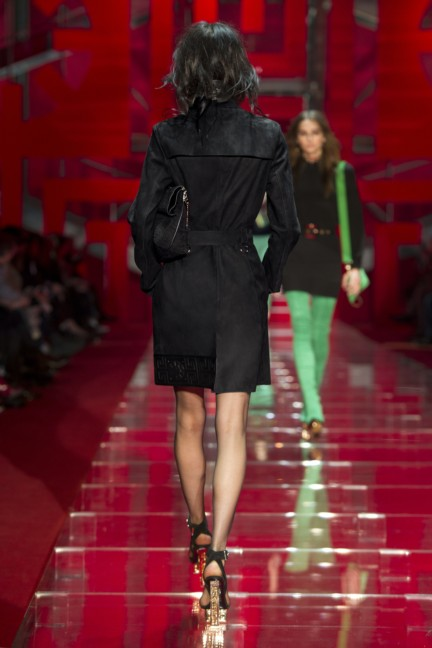 versace-milan-fashion-week-autumn-winter-2015-runway-back-26